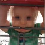 bébé mordillant un chariot de supermarché plein de saletés