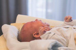 bébé pleure à cause d'un cheveu étrangleur